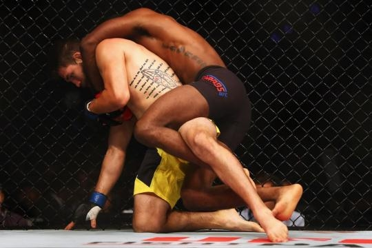 Leon Edwards pudo derrotar con takedowns a Barberena. BloodyElbow.com.