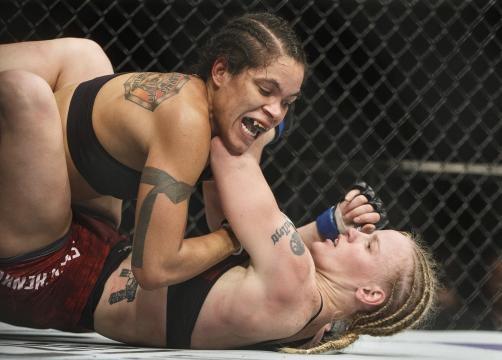 El derribe de Amanda en el 5to round fue clave. Inquierer Sports.com.