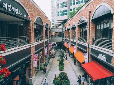 Shopping mall near Seoul (Credit Vincent Lee – wikimediacommons)
