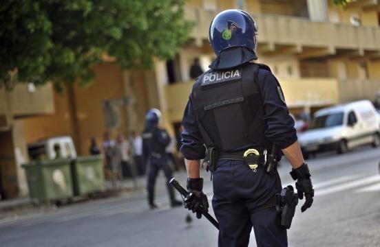 Foram os agentes do Corpo de Intervenção que conseguiram neutralizar o homem ameaçador com facas