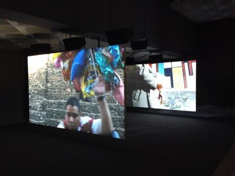 Sala usa en Francia y México la música de The Clash para resonarla en los edificios.
