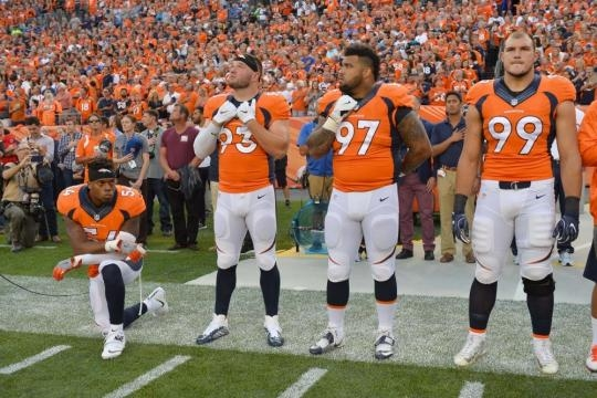 9 powerful photos of the 18 NFL players who protested during the ... - usatoday.com