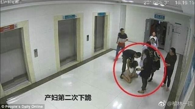 O femeie în travaliu sfâșiată de durere imploră în genunchi familia să-i permită să nască prin cezariană - Foto: © Peoples's Daily Online