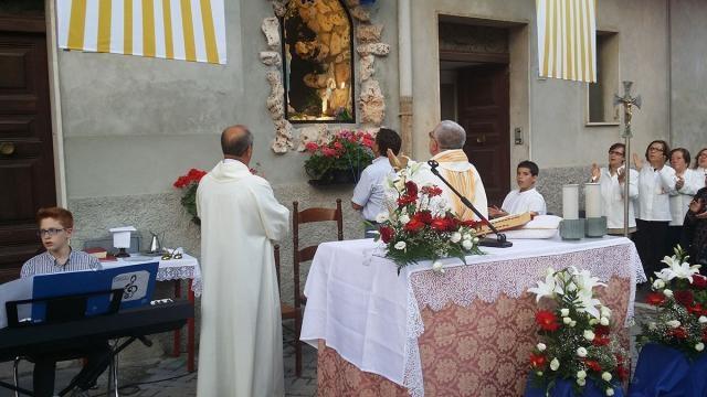 Padre Enzo che sta rendendo omaggio alla Madonna