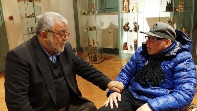 Padre Enzo con Eriberto discutono sul Natale e la Fede Cristiana