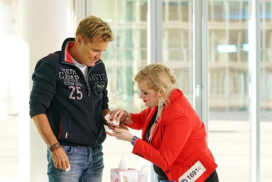 Chefjuror Dieter Bohlen hat sich am Regenschirm verletzt, Claudia Haas leistet Hilfe. Foto: MG RTL D / Stefan Gregorowius