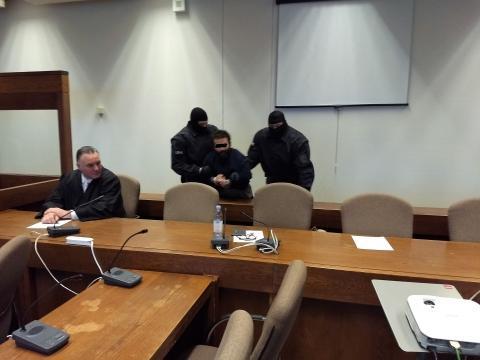 Der Angeklagte Adil E., links sein Verteidiger Oliver Lenort - Foto: Sigrid Schulz