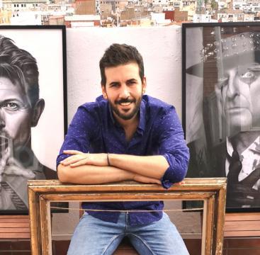 El artista zaragozano Juan Martín Villate ante dos de sus obras fetiche