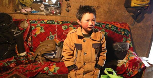 Menino enfrenta frio de 9 graus negativos para ir a escola.