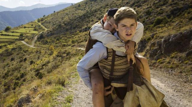Una scena del film 'Un sacchetto di biglie': i due fratelli cercano di raggiungere il Sud della Francia.