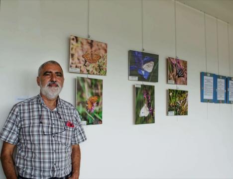 Ángel Latorre en la exposición sobre mariposas en Ribadesella
