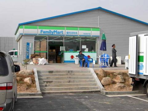 Family Mart in Kaesong Industrial Area, DPRK (Image credit – Mimura-commonswiki, Wikimedia Commons)