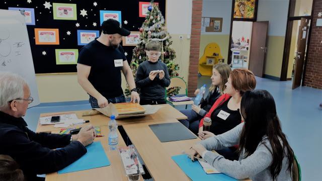 Dawid Zborowski uczy jak zrobić witraż (fot. własne Autora)