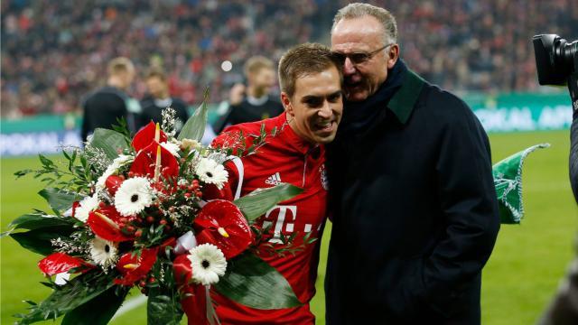 Karl-Heinz Rummenigge dankt Philipp Lahm mit Blumen