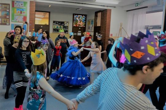 Wspaniałe kreacje balowe podnosiły atmosferę zabawy (fot. własne Autora)