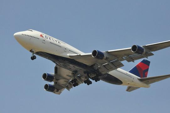 Delta 747-400 on final approach (Image credit – AF1621, Wikimedia Commons)