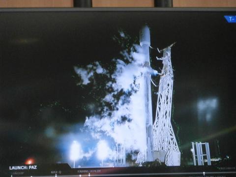 La torre de despegue se retira para iniciar el lanzamiento