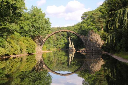 Reiseziele in Deutschland. Hier die Rakotz-Brücke.