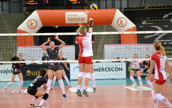 Izabela Kowalińska w ataku (fot. sekcja ŁKS Commercecon Łódź)