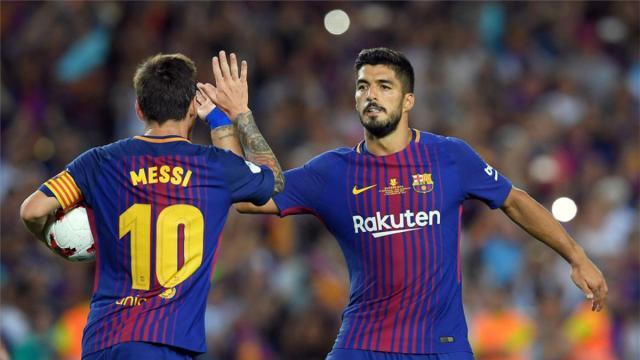 Luis Suárez y Messi celebrando un gol