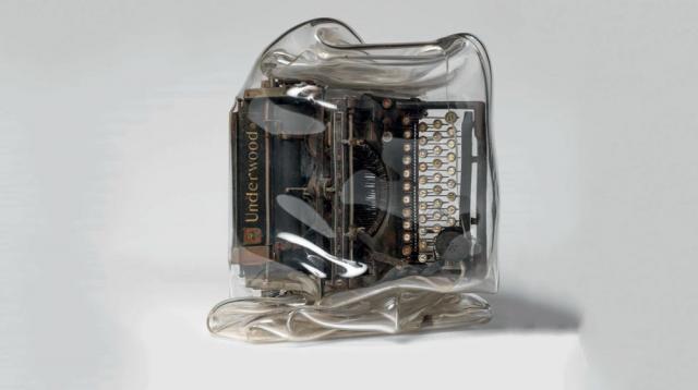 Machine a écrire et plexiglas par Cesar