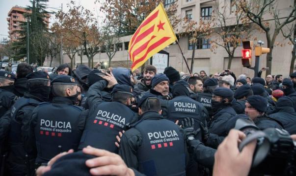 Sijena: Cargas policiales frente al museo de Lleida durante el ... - elconfidencial.com