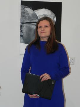 Karolina M. Kowalska podczas wernisażu w Ostrowcu Świętokrzyskim (fot. Krzysztof Krzak)