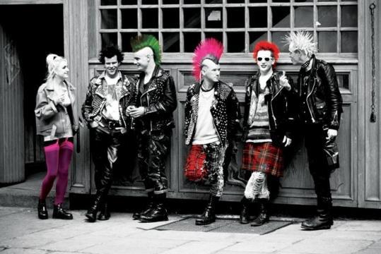 Punk nelle strade di Londra, nel tipico abbigliamento della subcultura