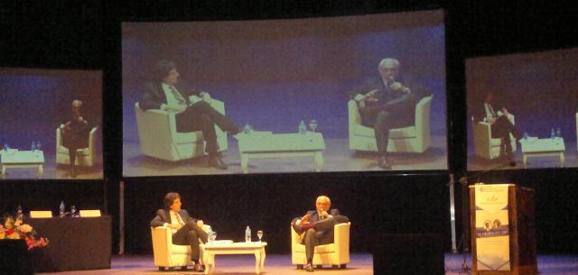 Panelistas disertando en la conferencia