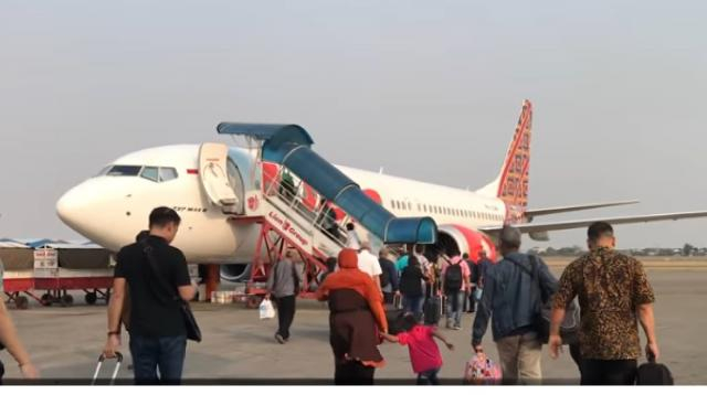 Passengers boarding a flight on Lion Air Boeing 737 MAX 8 [Image courtesy – Rahmat Dhani YouTube video]