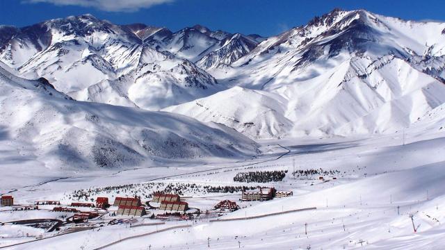 Esquí, un bar de hielo y hasta buceo: experiencias para vivir en Bariloche ... - aerolatinnews.com