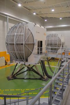 Detalle de los simuladores de helicóptero, la burbuja es una pantalla en la que los pilotos viven un escenario virtual.