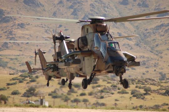 Helicópteros Tigre en vuelo, ensayan sus misiones en los simuladores antes de acometerlas.