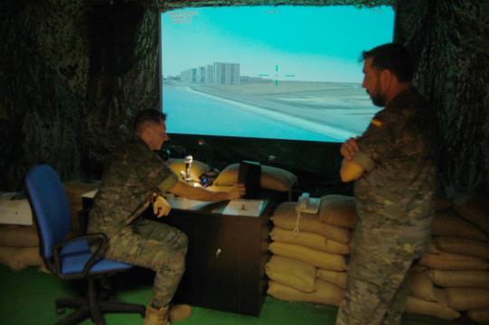 Sala de control para controladores de tierra, se añade al sistema el control terrestre de las operaciones.