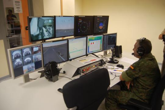 Un técnico supervisa las pantallas del simulador en una operación.