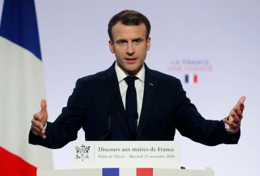 Emmanuel Macron change de ton face aux maires
