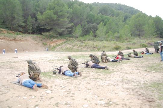 Asistidos por sus binomios los periodistas realizan un ejercicio de tiro