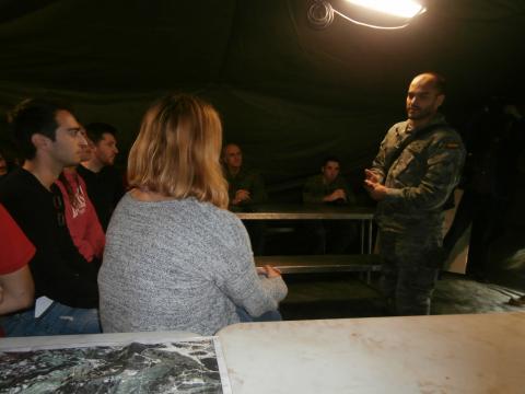 Un capitán informa a los periodistas sobre las caracteristicas de un tema a desarrollar