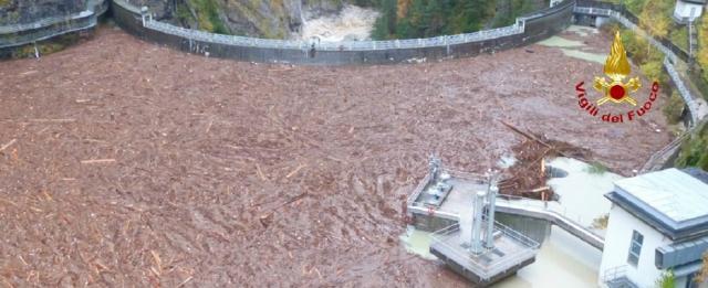 La diga del Comelico, nel bellunese, intasata da detriti e milioni di alberi sradicati dal vento - Fonte Vigili del Fuoco.