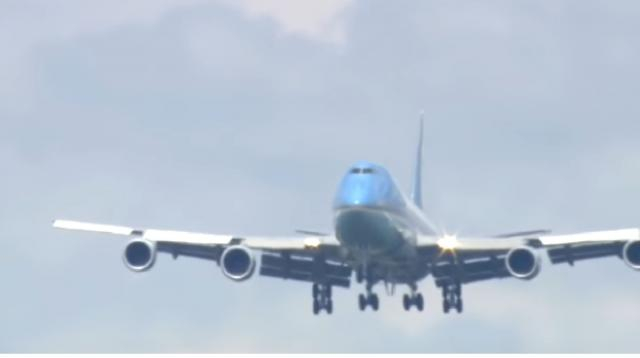 Air Force One coming in for landing. [Image source/Fox10Phoenix YouTube video]
