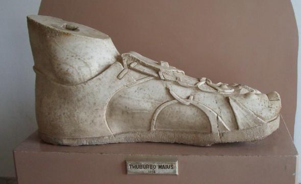 Calzado romano en una escultura del siglo III que actualmente se encuentra en el Museo Nacional del Bardo