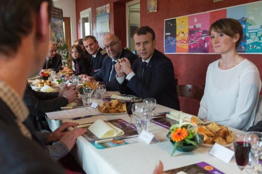 Le journal de 18h : Macron en opération séduction devant les ... - free.fr