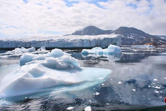 Melting glaciers in Greenland. - [Image credit – Christine Zanino, Wikimedia Commons]
