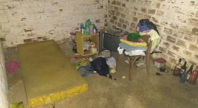 Policia constata que o suspeito vivia em condições sub-humanas