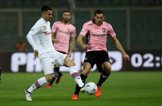 Nella foto, della Lega B, Leandro Greco (in maglia bianca) durante Palermo-Foggia 1-2