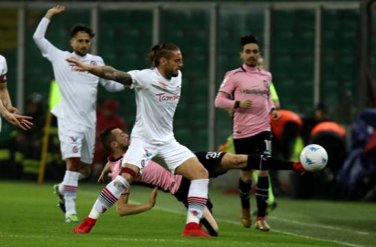 Nella foto, della Lega B, Tonucci (in maglia bianca) contrasta l'attaccante Nestorovski durante Palermo-Foggia terminata 1-2
