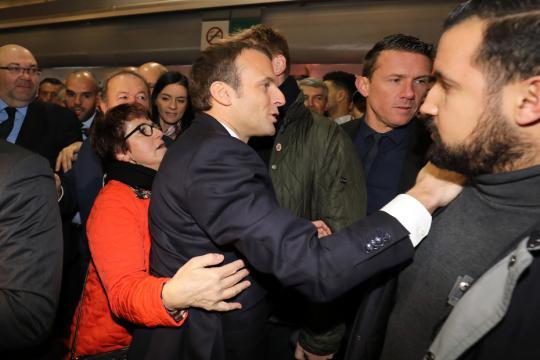 Emmanuel Macron sifflé pendant quelques minutes au Salon de l ... - free.fr