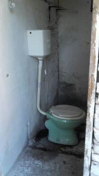 Donación de elementos e instalación de agua junto a la colocación de una puerta