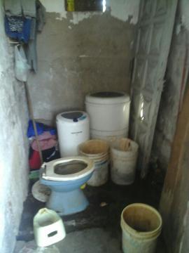 El baño en su principio sin conexión de agua y puerta