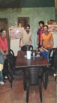 Entrega de donación de sillas y finalización de tareas en la cocina